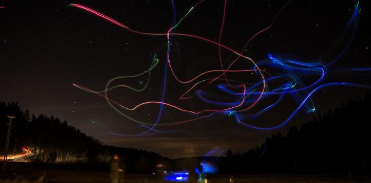 Modellflug-Lichtshow am nächtlichen Himmel